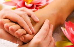 Relaksujący masaż stóp z użyciem olejków eterycznych